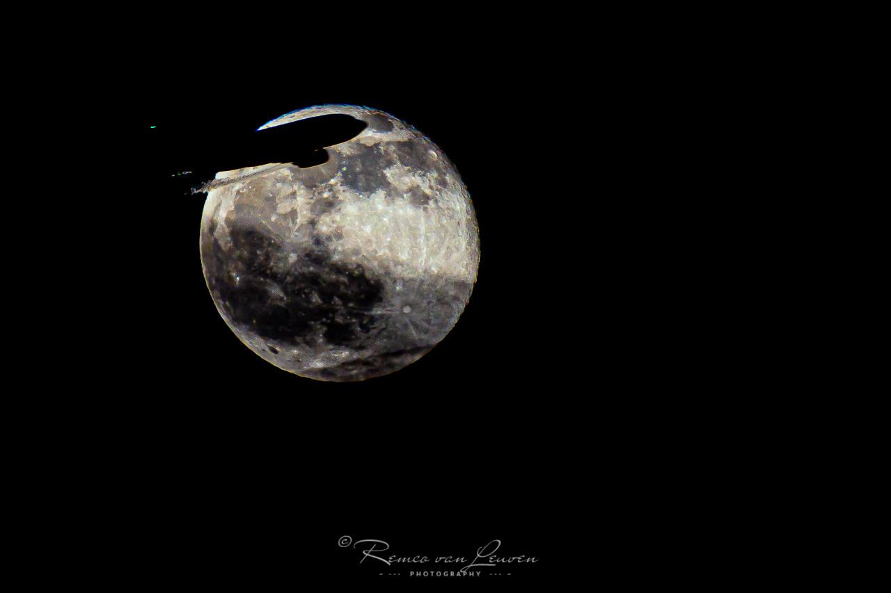 Vrachtvliegtuig scheert voor volle maan langs